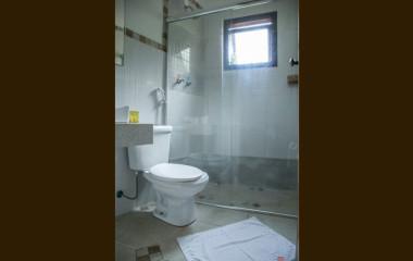 suite-banheiro-hospedagem-vila-chico